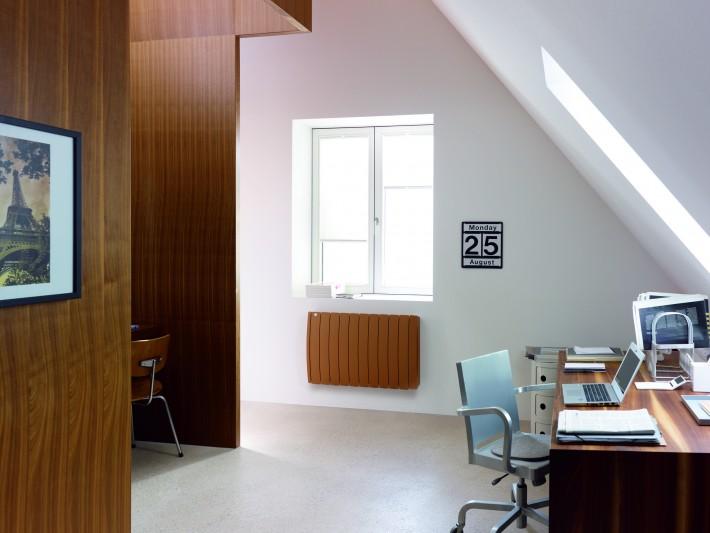 Radiateur design marron dans bureau classique
