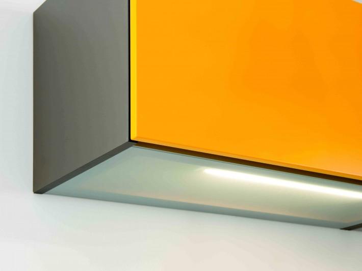 Rangement de cuisine avec porte de placard orange