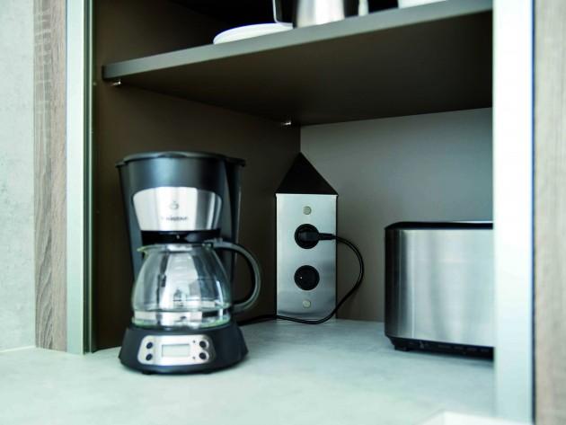 Rangement de cuisine avec prise électrique intégré