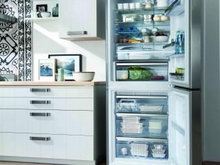 Rangements de cuisine en bois blanc et electroménager gris