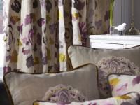 Rideaux et coussins en tissu à motifs