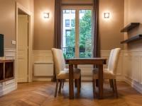 Salle à manger avec étagère et mobilier design