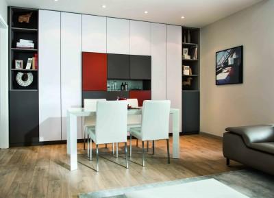 Salle à manger avec grand meuble de rangement coloré