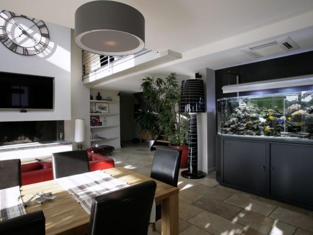 Salle à manger avec table en bois et aquarium