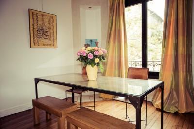 Salle à manger avec table en verre et en métal