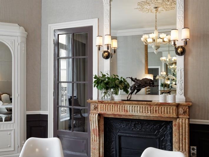 Salle-à-manger avec un miroir Empire