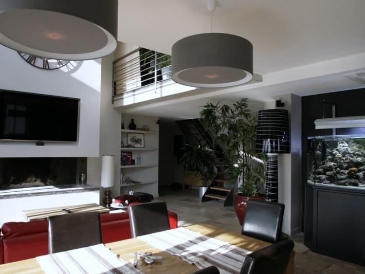 Salle à manger contemporaine avec aquarium