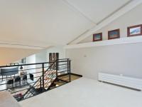 Salle blanche au premier étage et décorations en bois