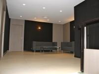 Salle d'attente avec espace canapés
