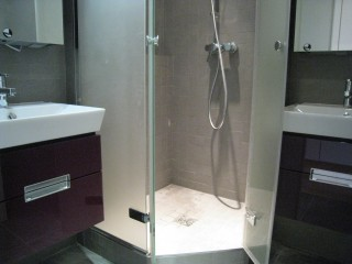 Salle d'eau enfants avec une douche d'angle
