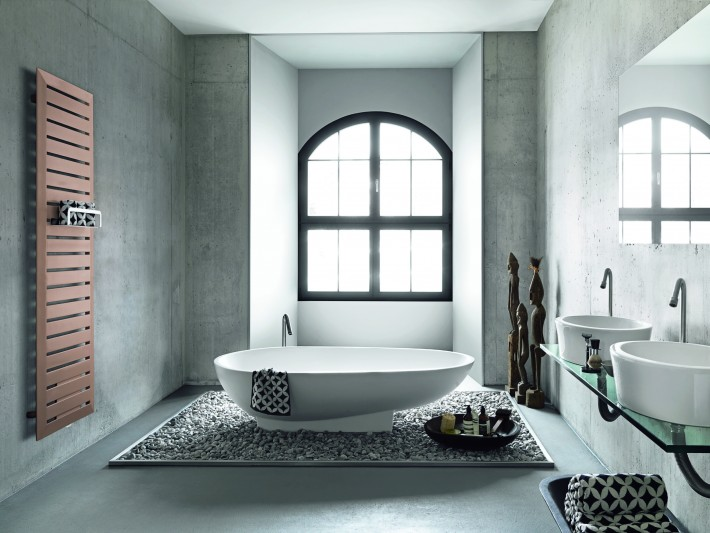 Salle de bain africaine avec radiateur design marron