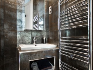 Salle de bain avec carrelage effet métallisé