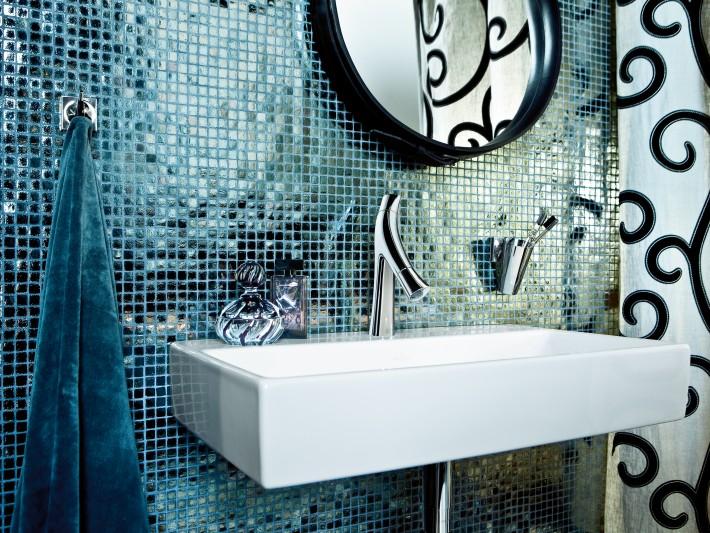 Salle de bain avec carrelage mosaique bleu pétrole