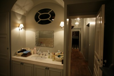 Salle de bain avec lavabo encastré dans le mur