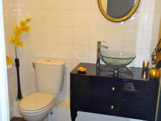Salle de bain avec meuble lavabo laqué noir