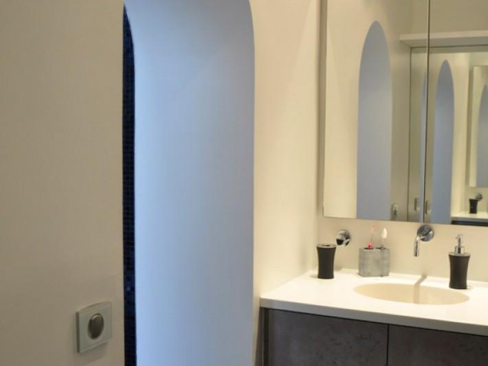 Salle de bain avec meuble lavabo