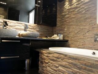 Salle de bain avec meuble noir laqué
