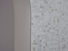 Salle de bain avec mosaïque dans les tons blanc et gris