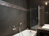 Salle de bain avec mosaïque effet petrole