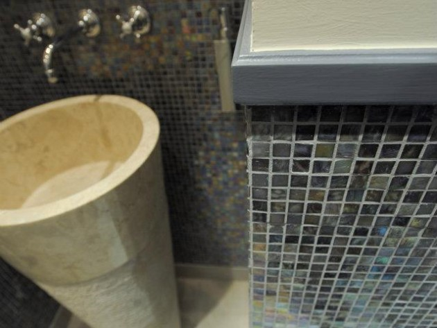 Salle de bain avec mosaïque en cimaise