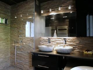 Salle de bain avec mur en pierre naturelle