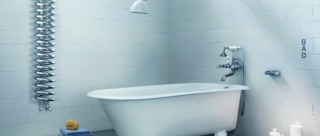 Salle de bain blanche avec radiateur spiral design