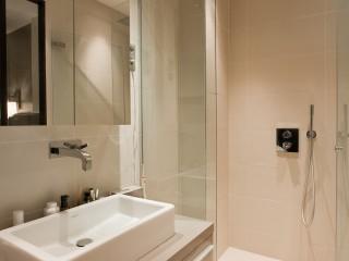 Salle de bain blanche et design