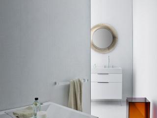 Salle de bain classique avec le miroir Kartell couleur ivoire