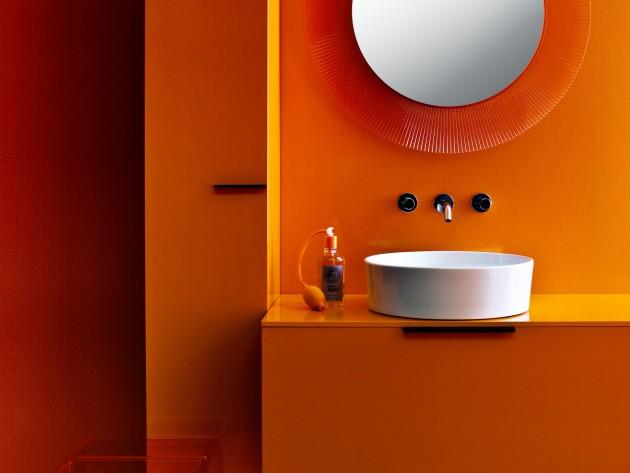 Salle de bain colorée avec miroir et vasque de forme ronde