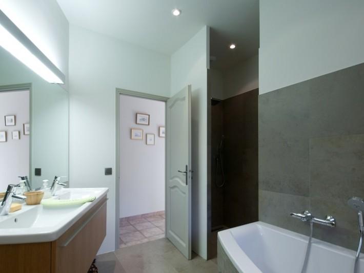 Salle de bain d'invités avec baignoire