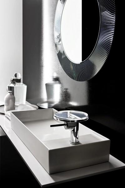 Salle de bain design avec miroir rond décliné ici en noir
