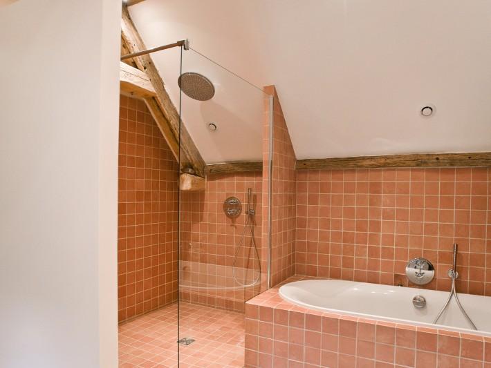 Salle de bain en carrelage de deux motifs différents