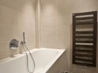 Salle de bain enfant avec baignoire