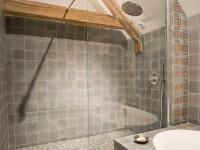 Salle de bain grise au deux carrelages