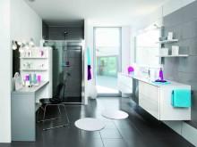 Salle de bain moderne aux carrelage de trois coloris