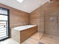 Salle de bain moderne recouverte de planche en bois clairs