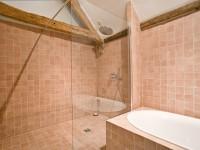 Salle de bain recouverte de carrelage