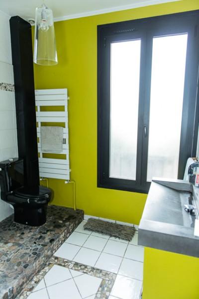 Salle de bain vue sur le mur vert anis