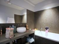 Salle de bains avec petits carreaux de carrelage gris