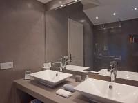 Salle de bains avec spots encastrés au plafond