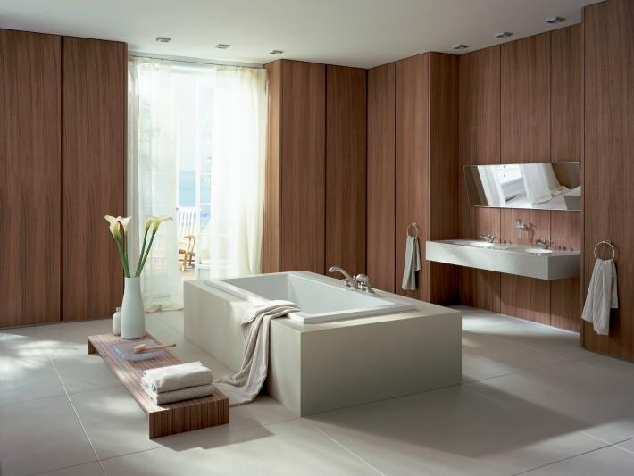 Salle de bains contemporaine avec mur en bois