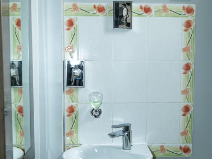 Salle de bains décorée de photos souvenirs