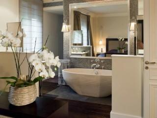 Salle de bains moderne intégré à une chambre
