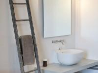Salle de douche avec porte-serviette original