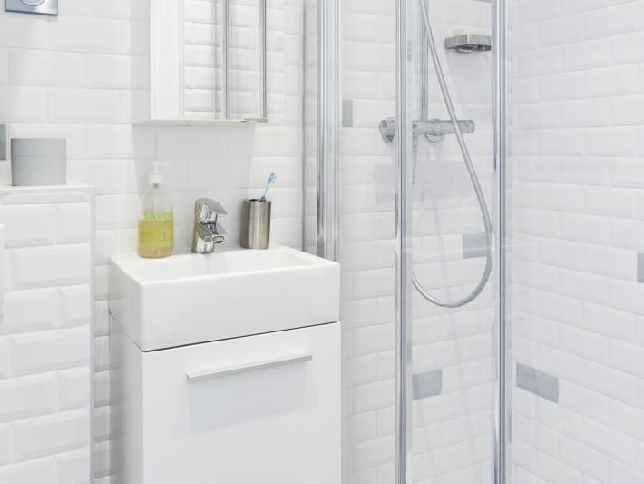 Salle de douche carrelée au mur façon métropolitain de Paris