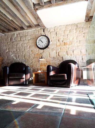 Salle de réception avec un mur en pierres