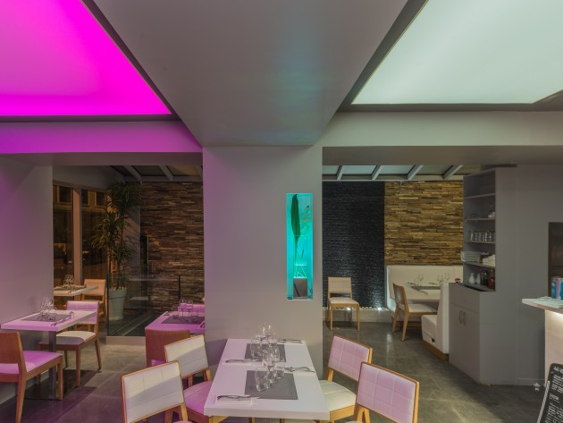 Salle de restaurant aux contrastes gris, blanc, bois