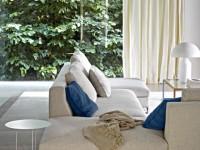 Salon aux couleurs clairs et grande baie vitrée