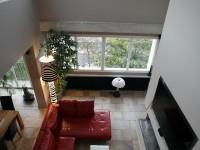 Salon avec canapé en cuir rouge