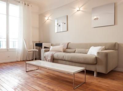 Salon avec canapé en tissu et table basse laque brillante
